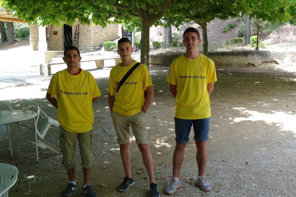 Thomas, Théo et Romain, le bac en poche, débutent leur job d'été : informer le public sur les risques d'incendie. Tout l'été, huit jeunes vont se relayer au Paty.