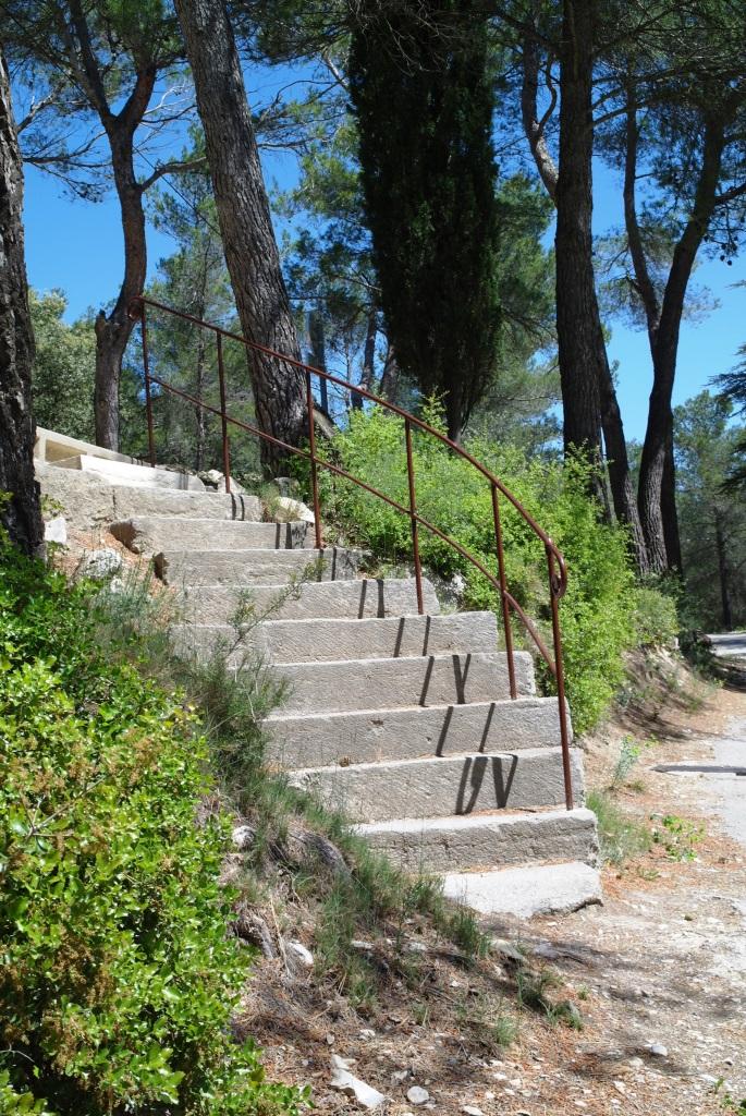 Les escaliers entre le parking du haut et celui du bas.